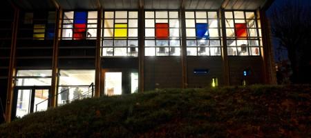 façade publique de nuit